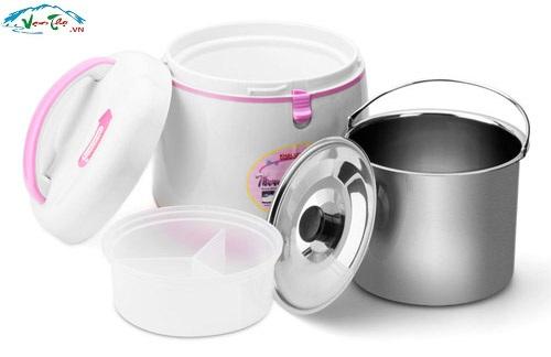 Khaluck KL 7025,Với nồi ủ Khaluck.Home KL 702, bạn sẽ không còn tốn nhiều thời gian khi ninh nấu các món thịt, canh cho gia đình. Bạn có thể đun thức ăn bên ngoài trong 15-20 phút sau đó cho vào nồi ủ. Nồi với chức năng tự động làm chín mềm thực phẩm bằng cách lưu giữ hơi nóng lâu dài sẽ làm cho các món ninh nấu thêm mềm và giúp bạn tiết kiệm nhiên liệu cũng như thời gian nấu bếp.